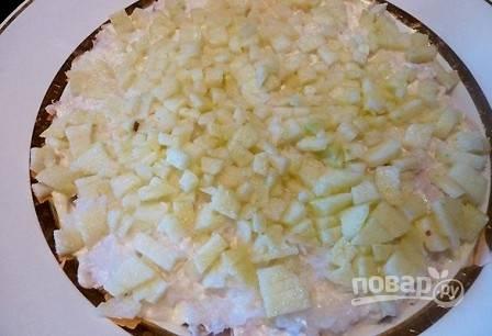 Следующий слой — лук, который смешиваем с яблоками.