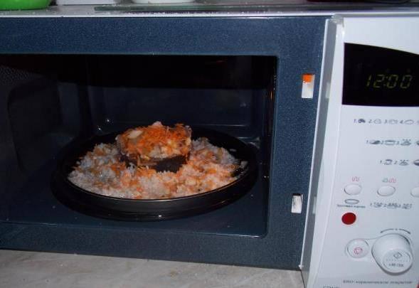Ставлю блюдо в микроволновку на 12 минут при мощности 600. Иногда нужно немного больше времени. Тут нужно уточнить мощность Вашей микроволновки.