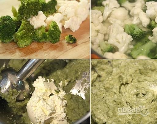 1. Вымойте и разделите на соцветия брокколи и цветную капусту. Отправьте в кипящую подсоленную воду, варите до готовности (около 15 минут). После обсушите и отложите немного (если хотите, чтобы начинка была полностью однородной, то можно не откладывать). Вместе с творожным сыром и аккуратно отделенными желтками взбейте все до состояния однородного пюре.