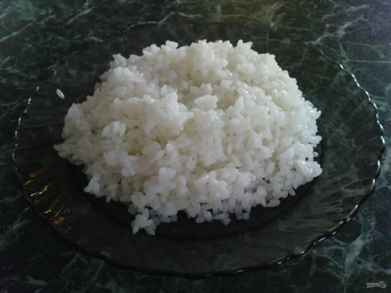 Достаньте тесто размораживаться. А пока отварите рис в подсоленной воде до полуготовности.