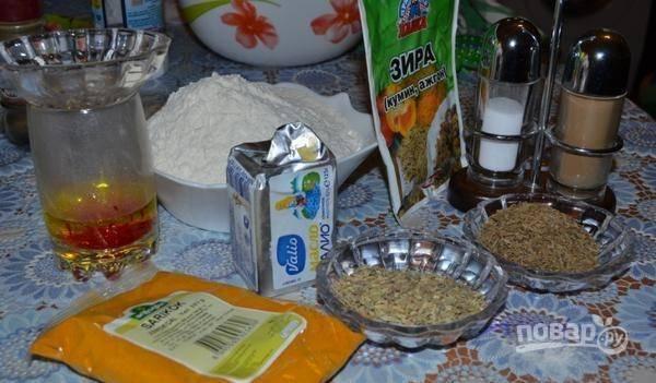 Теперь займитесь начинкой. Соедините муку с куркумой, тмином, фенхелем, солью и перцем. Растопите масло. Заварите шафран. Всё соедините в единую массу.