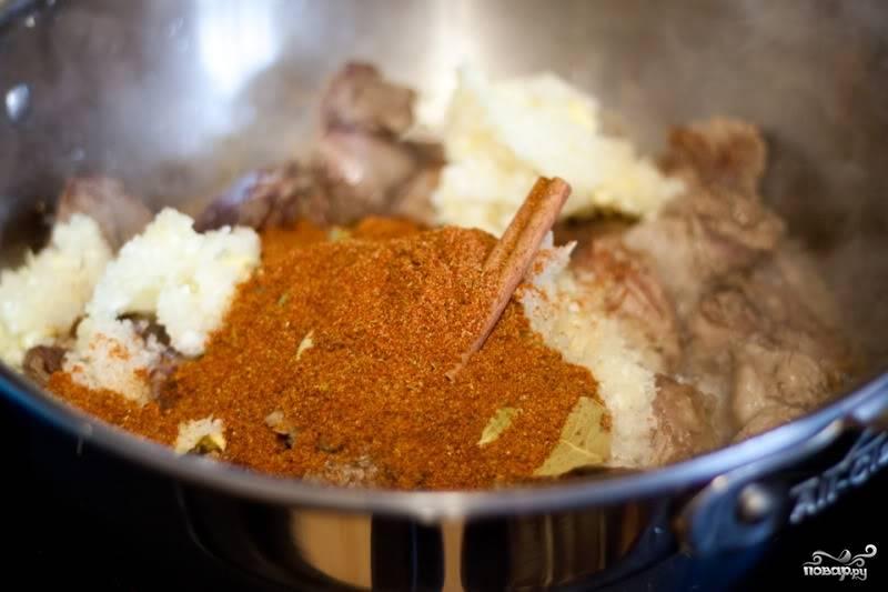 Когда мясо поменяло свой цвет, выложите в него жидкую смесь и специи. Перемешайте.