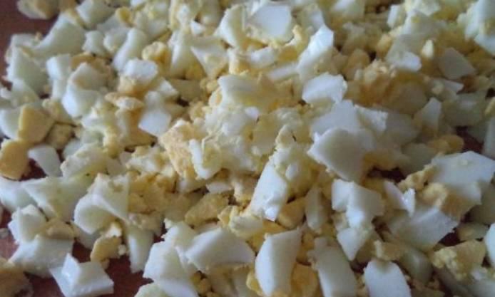 Яйца очищаем и нарезаем мелким кубиком.