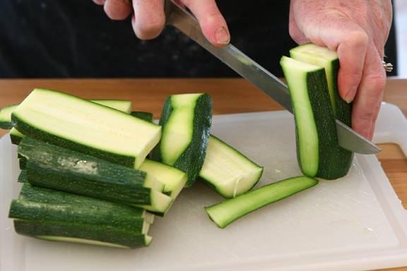Порежьте кабачки на полоски.