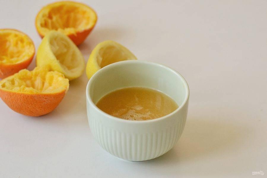 Выжмите сок из лимонов и апельсинов.