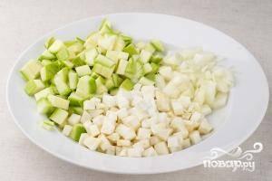 Чеснок, лук и сельдерей почистить и нарезать на мелкие кусочки. Кабачки моем, очищаем от кожицы (если она толстая) и нарезаем на небольшие кубики.