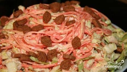 Перед подачей на стол посыпаем салат сухариками.