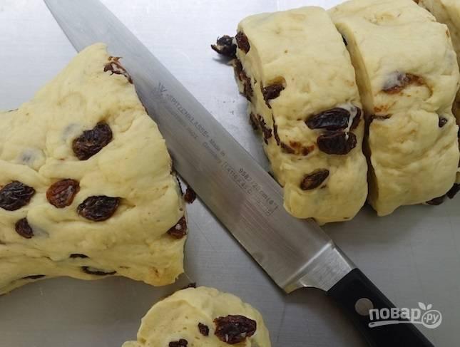 6.Выложите тесто из миски и сформируйте рулет, затем нарежьте его небольшими кусочками.