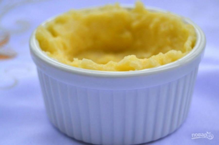 14.Положите в формы картофель, сделайте в нем углубление.