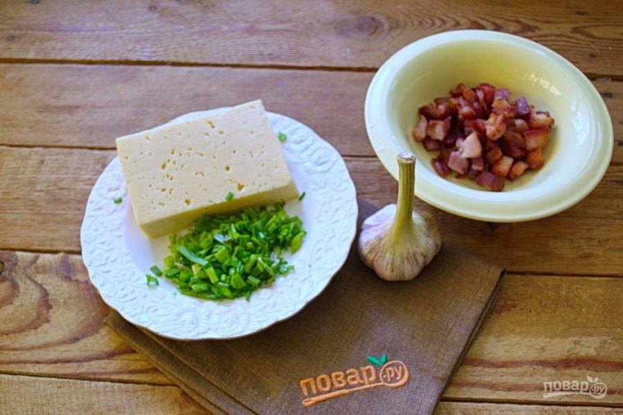 Твердый сыр натрите на крупную терку. Зеленый лук нарежьте мелко. Подготовьте бекон.