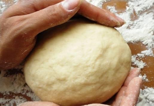 Формируем из теста шар, накрываем пищевой пленкой и кладем его в холодильник на 30 минут.