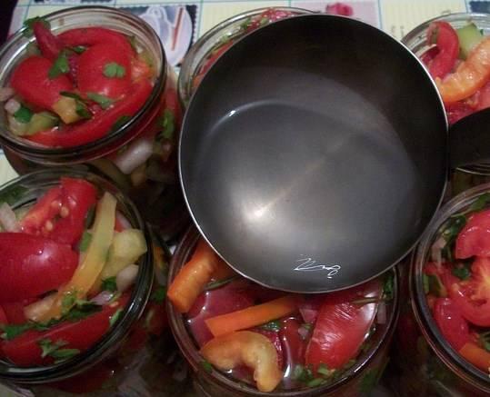 Приготовить маринад, закипятив 1 л воды с 1 ст.л. соли и 2 ст.л. сахара. Горячим залить в банки. Дать салату постоять пару минут, чтобы жидкость везде просочилась и, по необходимости, долить.