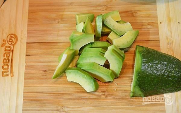 Авокадо нарежьте дольками.
