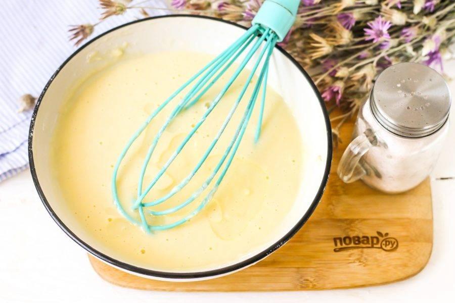 Влейте растительное масло и перемешайте тесто.