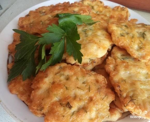 7.Готовые котлеты кусочками подавайте с зеленью. Блюдо готово. Приятного аппетита.