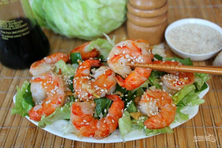 Поливаем салат соевым соусом и посыпаем кунжутом. По желанию, добавляем черный перец. Приятного аппетита!