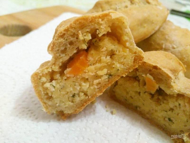 В разрезе видно, что тесто для этих пирожков хорошо пропекается и приобретает воздушность, а начинка имеет приятный цвет и лёгкую рассыпчатость.