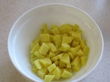 Очищаем картошку, нарезаем ее на небольшие кубики.