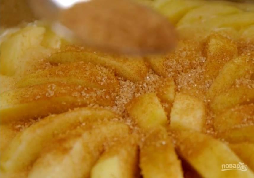 3.  Соедините яичную массу с лимонной цедрой и мучной смесью, аккуратно перемешайте лопаткой. Тесто распределите по дну формы, выложите сверху яблочные дольки, слегка вдавливая их в тесто. Корицу смешайте с сахаром и посыпьте пирог.