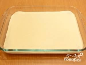 Выложите половину творожной массы на первый слой печенья.