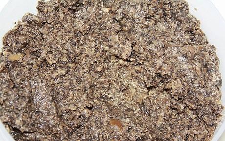 1. Готовим грибную часть салата. Для этого мелко режем грибы и лук. Обжарим на растительном масле, а потом измельчим при помощи блендера почти до состояния пюре или пасты. Солим и перчим по вкусу.