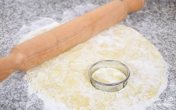 5. Раскатайте его на присыпанной мукой поверхности и вырежьте выемками печеньки.