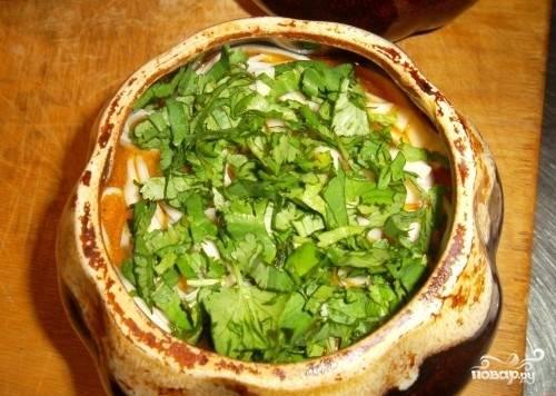 17.Выкладываем готовую лапшу в горшочки, а на нее – тушеные овощи. Посыпаем кинзой. Ставим блюдо в остывающую духовку еще минут на 10.