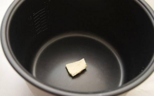 Чашу мультиварки смазать маслом.