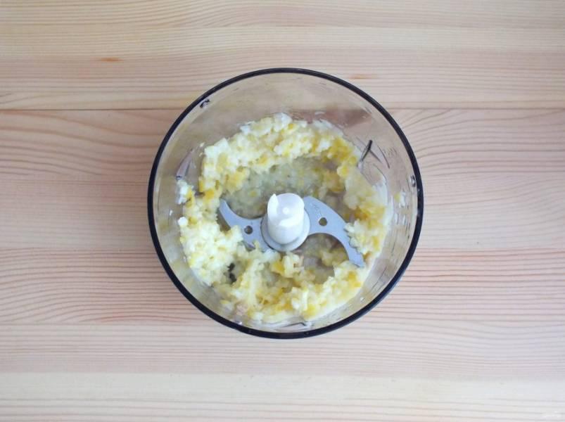 Далее с лимона слейте воду, переложите в блендер и пробейте в мелкую кашицу.