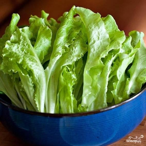 Листья салата я использовал свежие, собственноручно выращенные на своей даче. Салат должен быть максимально свежим и качественным, чтобы Цезарь получился вкусным.