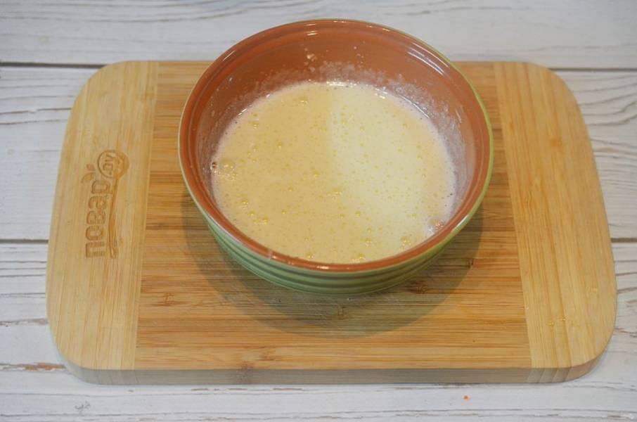 2. Желтки взбейте с половиной сахара до бела.