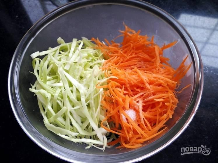 1. Измельчите капусту и морковь в соломинку, поместите в одну емкость и посолите.