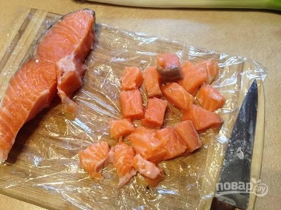 Разделываем рыбу, убираем кожу и кости. А филе нарезаем небольшими кусочками (примерно по 2 см).