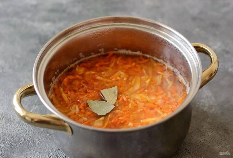 Добавьте зажарку в суп. Следом лавровый лист, посолите и поперчите по вкусу. Варите еще 5-7 минут. В конце добавьте мелко измельченную зелень.