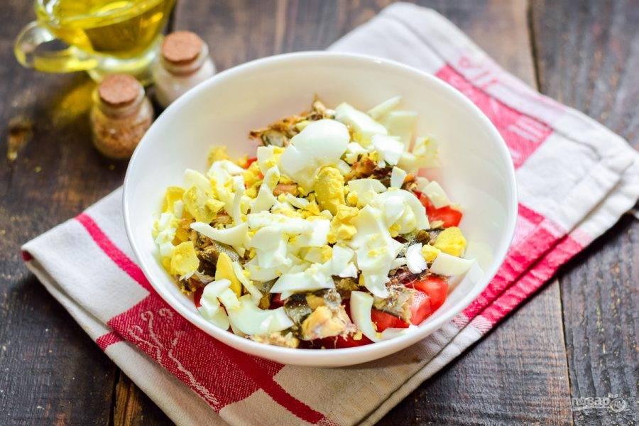 Куриное яйцо сварите вкрутую, почистите и нарежьте небольшими кубиками, добавьте в салат.