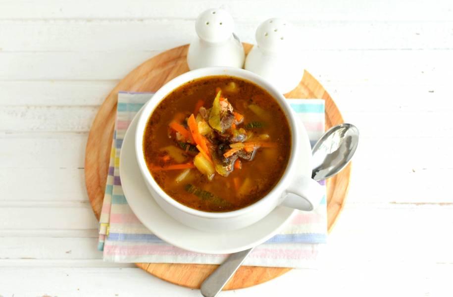 Куриный суп с овощами, грибами и печенкой