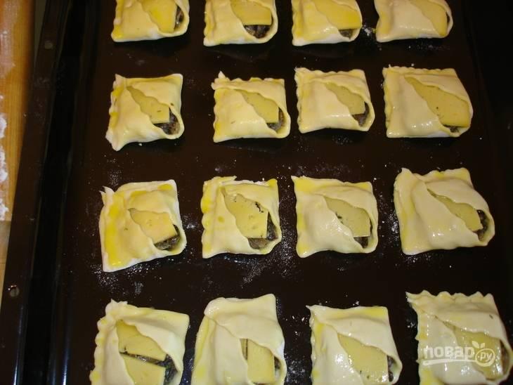 Выложите пирожки на противень, отправьте их в разогретую до 190 градусов духовку. Выпекайте до готовности (пирожки должны подрумяниться).