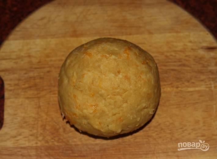 4.После яиц сразу ввожу 320 грамм просеянной муки и перемешиваю, замешиваю плотное тесто, скатываю его шариком.