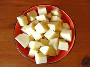 4. Картофель режем кубиками помельче.