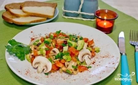 Смешайте все ингредиенты и заправьте салат оливковым маслом и лимонным соком. Добавьте свежую петрушку, соль, перец по вкусу. Приятного аппетита!