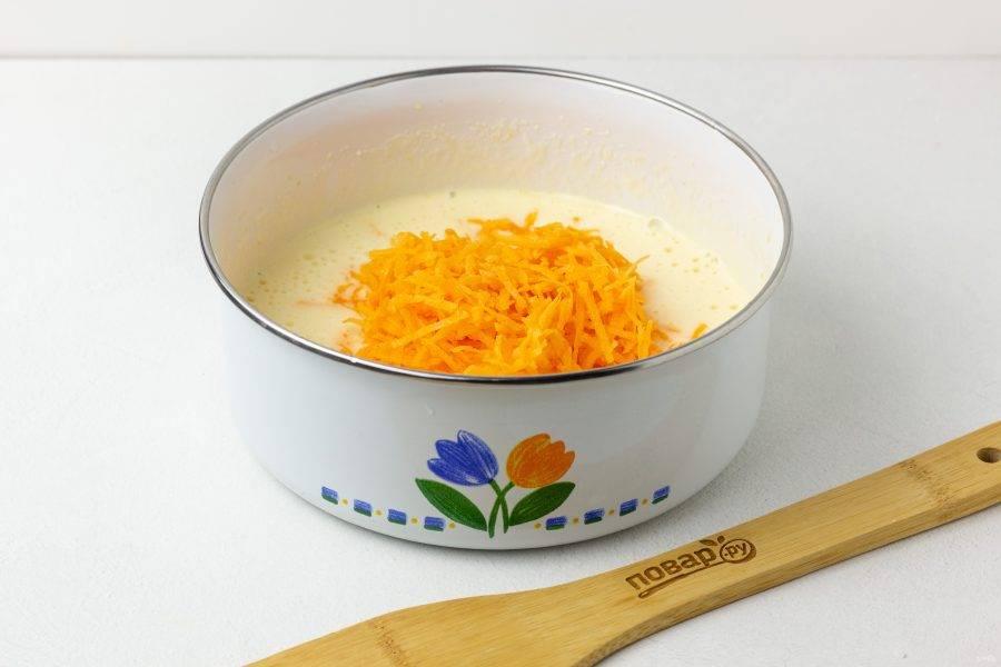 Морковь натрите на мелкой терке, добавьте в массу и перемешайте.
