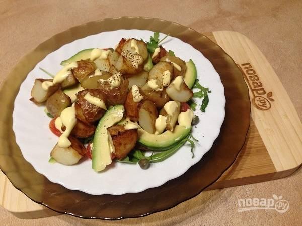 7. Выкладываем горячий обжаренный картофель, солим и перчим по вкусу, добавим немножко майонеза. Салат готов!