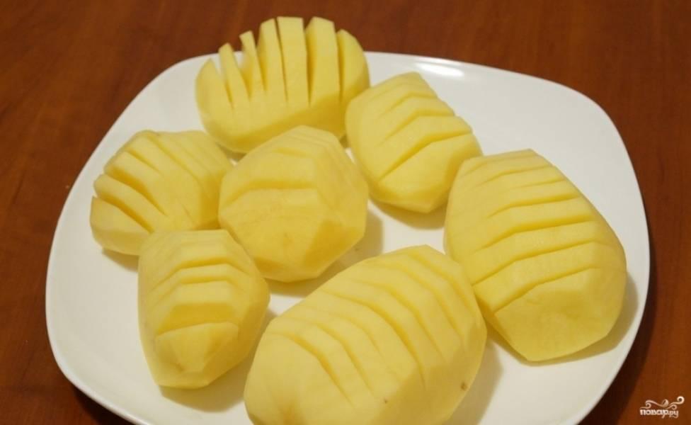 1. Сначала — подготовительный этап. Картошку (выбираем крупные клубни) моем и чистим, делаем в ней продольные разрезы. Бекон и сыр нарезаем ломтиками.