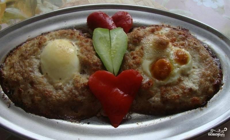 4. Блюдо поместите в разогретую до 200 градусов духовку. Выпекайте ласточкины гнезда минут. В готовом блюде яйца запекутся. Затем достаньте из духовки и перед подачей украсьте зеленью, овощами. Закуску можно подать с кетчупом. Приятного аппетита.