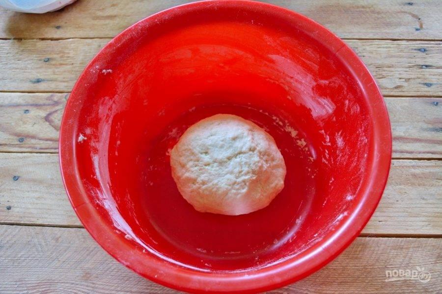 Хорошо вымесите тесто руками. У вас получится плотное тесто, гладкое. Затяните миску с тестом пленкой и дайте ему отдохнуть.