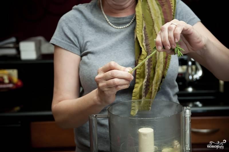 3. Очищенный чеснок выложите в блендер. Туда же оборвите листочки с веточек розмарина, тимьяна и душицы.