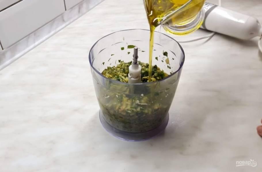 3. Добавьте пармезан и посолите. С помощью блендера измельчите массу на небольшой скорости в течение 1-2 минут, затем добавьте 1/3 часть оливкового масла.