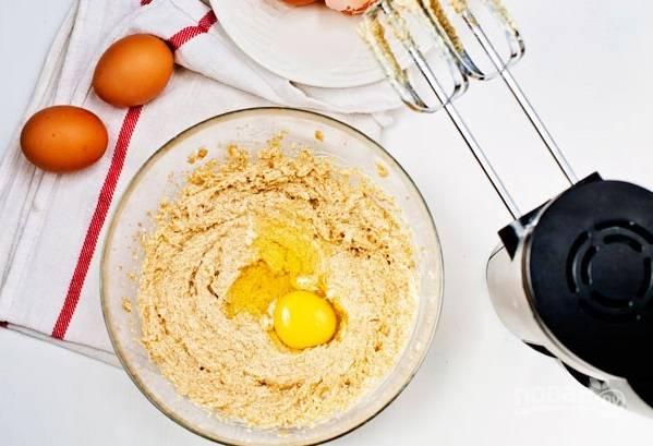 2. По одному вбивайте яйца, продолжая взбивать. Очень важно, чтобы тесто было воздушным, тогда и пирог будет нежным.