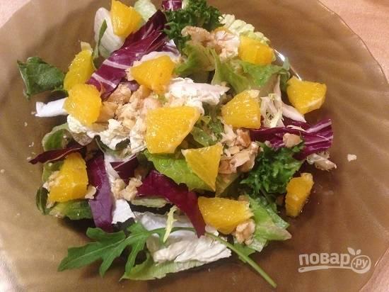 5. Посыпаем салат орехами и добавляем кусочки апельсина.