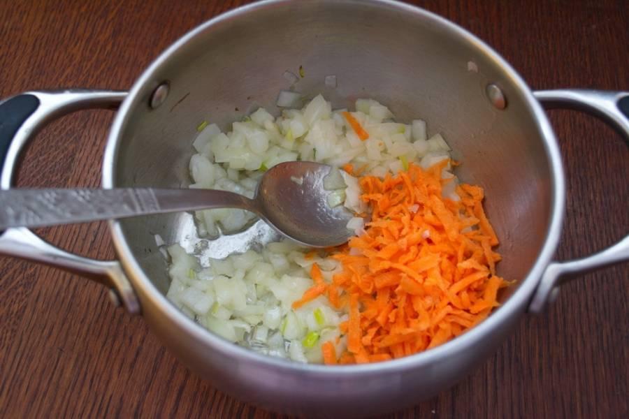 Добавьте морковь. Обжарьте ее с луком.